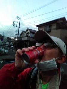 関谷で缶コーヒーを飲む